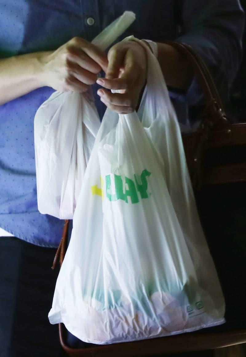 レジ袋有料化、環境省義務付けへ プラごみ削減、戦略に明記