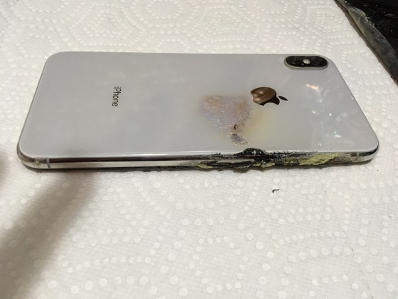 d750215cf1 iPhone XS Maxがポケットの中で爆発