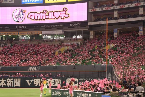 ヤフオクドームが女性ファンのピンク一色に