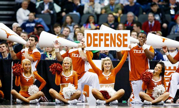 ロングホーンズのチアリーダーたちが、バスケットボールの試合を盛り上げる(Jared Wickerham/Getty Images)