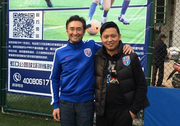 岡部恭英(おかべ・やすひで) 1972 年生まれ。 CLに関わる初めてにして唯一のアジア人。UEFAマーケティング代理店、『TEAM マーケティング』のTV放映権&スポンサーシップ営業 アジア&中東・北アフリカ地区統括責任者。ケンブリッジ大学MBA。慶應義塾大学体育会ソッカー部出身。夢は「日本が2度目のW杯を開催して初優勝すること」。写真右は上海のサッカーコメンテーター。(写真:著者提供)