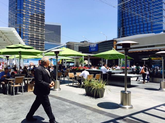 エンタメ・ビジネスの中心地にある商業施設。昼時にはビジネスマンが集まってくる。
