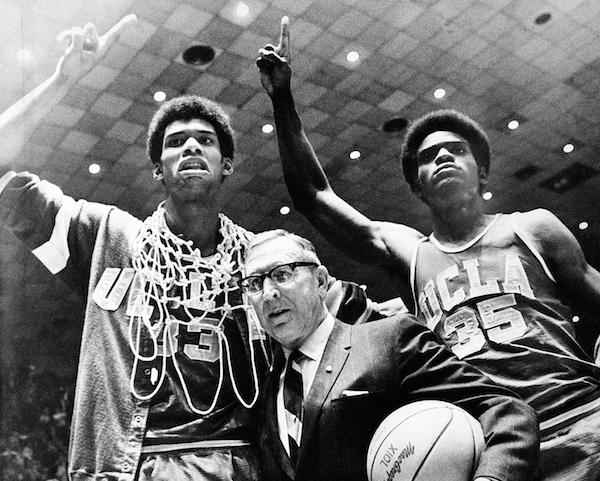 ジョン・ウッデン(John Wooden) 1910年インディアナ州出身。パデュー大学バスケットボール部でガードとして活躍。高校で英語を教えながらバスケット部を指導し、インディアナ州の大学を経て、1948年にUCLAバスケット部のヘッドコーチに就任。1967年から7連覇を達成して黄金時代を築き、計10度も全米王者になった。最優秀監督に6度選ばれ、生涯勝率は8割を超える。2010年6月4日没(写真:AP/アフロ)