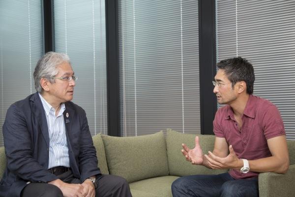 CL放映権をアジアでセールスする岡部恭英(写真右)が、本連載のインタビュアーを務める