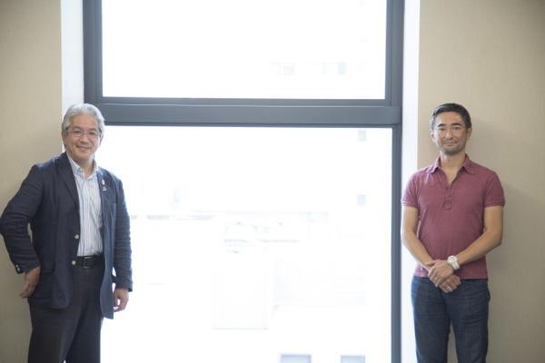 岡部恭英(おかべ・やすひで、写真右)  1972 年生まれ。 CLに関わる初めてのアジア人。UEFAマーケティング代理店、「TEAM マーケティング」のTV放映権&スポンサーシップ営業 アジア&中東・北アフリカ地区統括責任者。ケンブリッジ大学MBA。慶應義塾大学体育会ソッカー部出身。夢は「日本が2度目のW杯を開催して初優勝すること」。本連載のモデレーターを務める(写真:福田俊介)