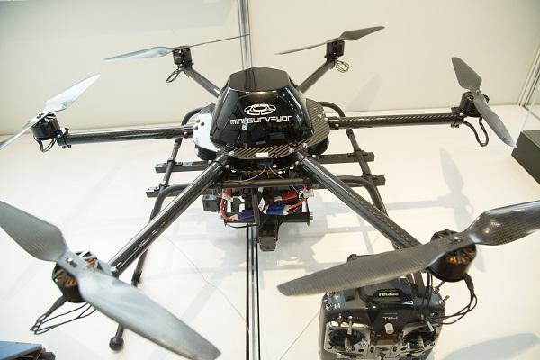 5月に開催された国際ドローン展で、中日本ハイウェイ・エンジニアリング名古屋が展示した「診るこぷたー」