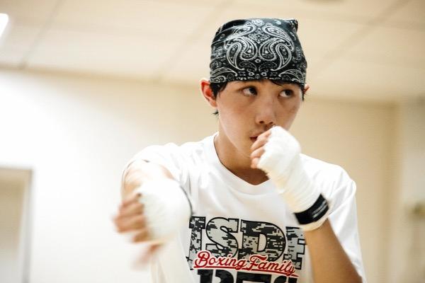 松本圭佑(まつもと・けいすけ) 1999年生まれ、神奈川県出身。小学3年生のときにボクシングを始め、2010年からU-15ボクシング全国大会で5連覇を達成。国内屈指の名門・大橋ジムに所属し、元・東洋太平洋フェザー級王者で現在トレーナーを務める父・好二とともに、2020年東京五輪での金メダルを目指している。同ジム所属の世界王者・井上尚弥が一目置くほどの才能を備える