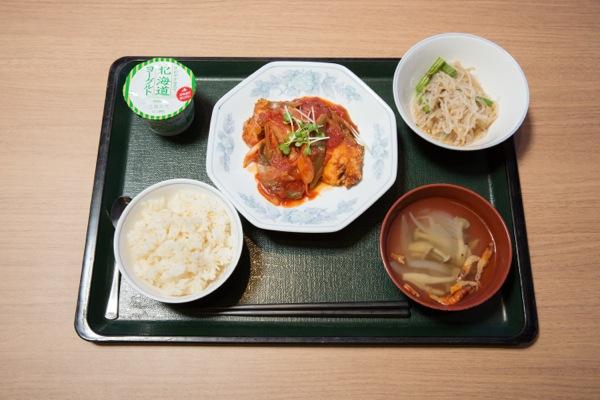 取材当日のタニタの社員食堂のランチ。主菜は「鮭の中華トマトソース」。連載第3回で小澤さんが考える「ビジネスマンの勝負メシ」を取り上げる予定だ(写真:安川啓太)