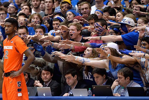 相手選手に強烈なプレッシャーをかけるデューク大のファンたち(Grant Halverson/Getty Images)