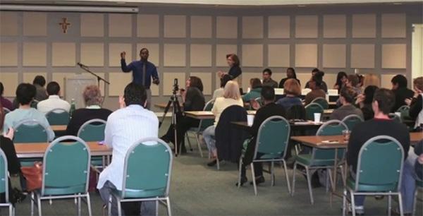 里親トレーニングの風景。里親希望者は1回4時間、計7回の講習を受けることや、犯罪歴の調査、自宅の安全性チェックなどを受ける必要がある