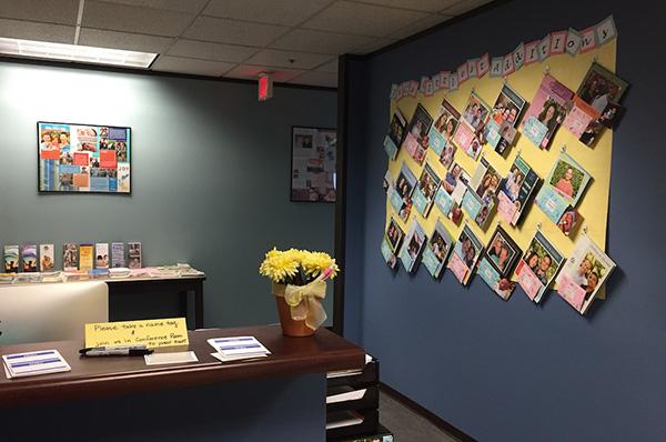IAC本部のエントランスには、新たな養子候補者たちが作成したカラフルな「Addoption Letter」が飾られていた。