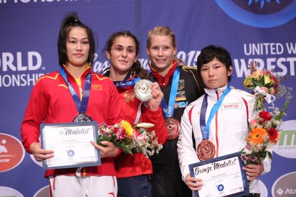 土性(右)は2015年世界選手権で銅メダルを獲得。各国選手と並ぶと身長差が歴然(写真:保高幸子/アフロ)
