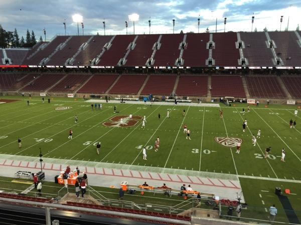 試合前に選手が練習。スタンフォード大学のキャンパス内には、5万人収容のスタジアムがある