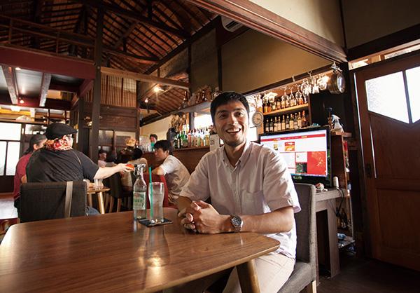 移住支援を通じて岡山への愛着を深めたという佐藤正彦さん。おかもり会メンバーも集う隠れ家的カフェは、今一番のお気に入り