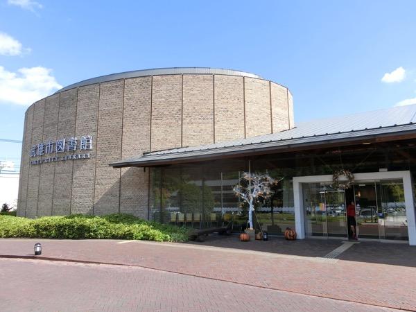 武雄市図書館の外観。内部の撮影は禁止されており、壁の至る所に「撮影禁止」のマークがある