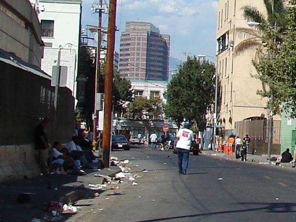 ガイドブックで「絶対に行ってはいけない場所」とされているスキッド・ロウ。路上生活者の多くが薬物中毒者だといわれており、通行中に車道に飛び出してくる人もいて怖かった(Photo: Jorobeq)
