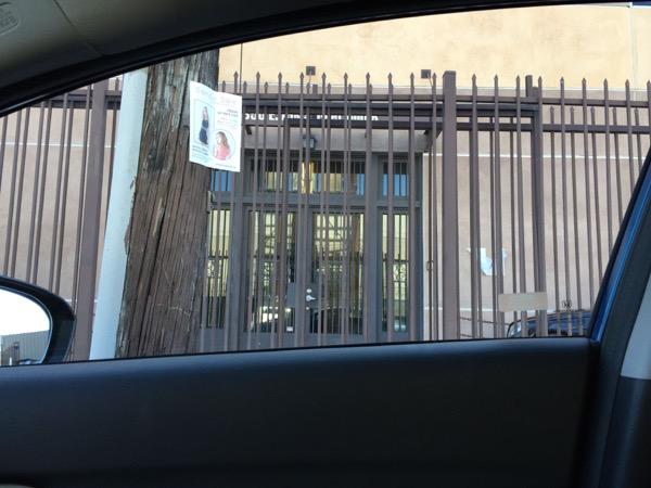 Bさんが面接を受けるというアパレル会社は、高い鉄柵に囲まれた倉庫の中にあった