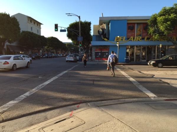 最初のお迎え地点は学生街のウェストウッド。LAでは珍しく徒歩で暮らせるエリアで、飲食店や小さな専門店が軒を連ねる