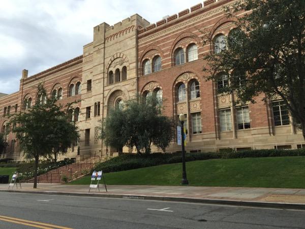 全米最多の出願数を誇る人気大学UCLAのキャンパス。ロマネスク様式の建物など景観が美しく、観光名所でもある
