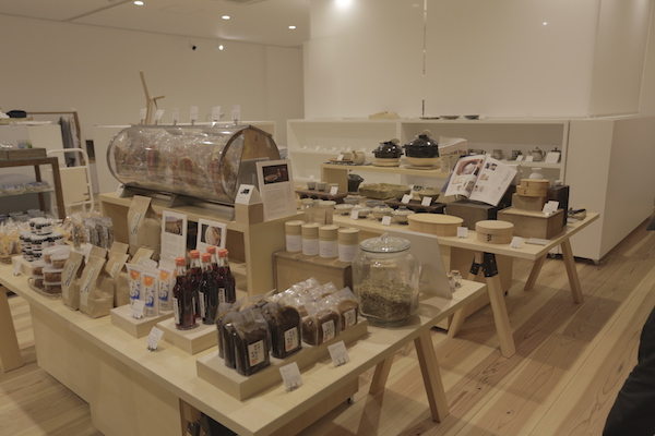 里山十帖の中でも、味噌、せんべい、米など、全国各地から集められた食品が販売されている