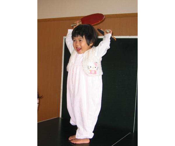 卓球台で遊んでいた0歳の美宇(提供:平野真理子)