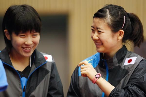 2014年アジア大会の卓球団体に出場した平野美宇(左)と福原愛は銀メダルを獲得(写真:アフロスポーツ)