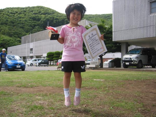 4歳の頃に全日本選手権バンビの部山梨県予選で準優勝し、初めての賞状をもらって大喜びする平野美宇(提供:平野真理子)