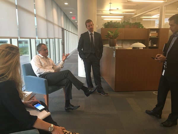アメリカのフィラデルフィア郊外にあるSAP本社にて。「デジタル・トランスフォーメーション」のボス(右端)と同僚たちと議論(写真:馬場渉)