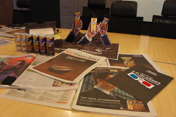 「驚きのある販促」を求めて生まれた新聞広告「五感に訴えるシリーズ」。多民族国家マレーシアの国情に合わせて、新聞広告やCMのジングルも各言語で展開する。