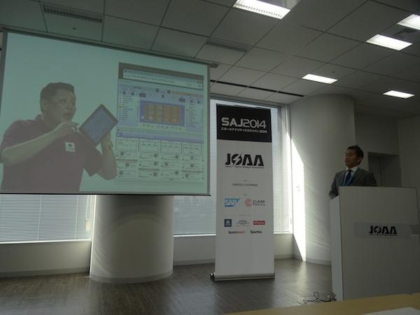 昨年12月に開催されたSAJ2014で、渡辺啓太はバレーボールにおけるデータ分析の取り組みを紹介。iPadに分析結果を表示して、リアルタイム分析に力を入れている