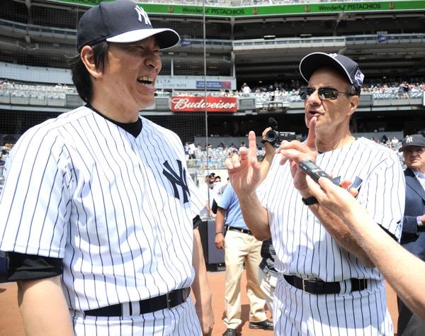2014年のオールド・タイマーズ・デーで再会を喜ぶジョー・トーリ元監督(右)と松井秀喜氏