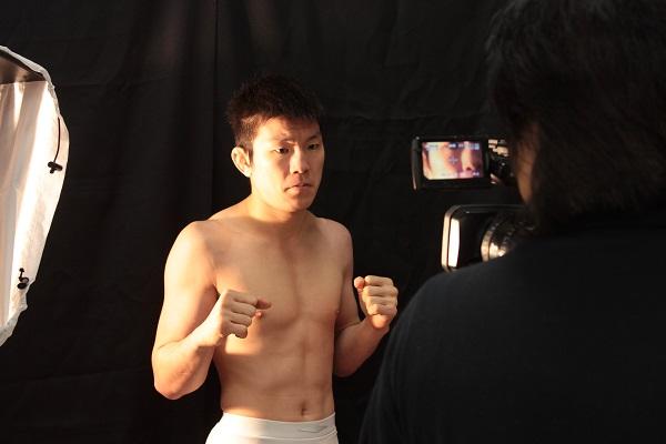 青木真也(あおき・しんや) 1983年5月9日生まれ。静岡県出身。小学生の頃から柔道を始め、2002年に全日本ジュニア強化選手に選抜された。早稲田大学在学中に総合格闘技に転身し、2006年に団体「修斗」の世界ミドル級王座を獲得。大学卒業後に静岡県警に就職するが、2カ月で退職して再び総合格闘家として活躍。「DREAM」「ONE FC」で世界ライト級チャンピオンに輝く。12月29日の「RIZIN FIGHTING WORLD GRAND-PRIX 2015」で桜庭和志との日本人格闘家頂上決戦に挑む