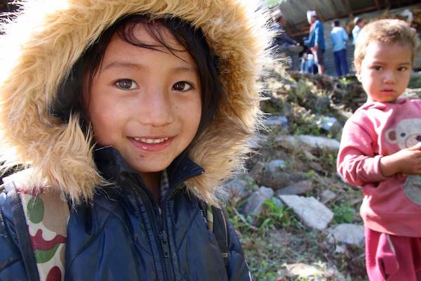 日本のダウンを着て喜ぶネパール・ラムチェ村の子ども