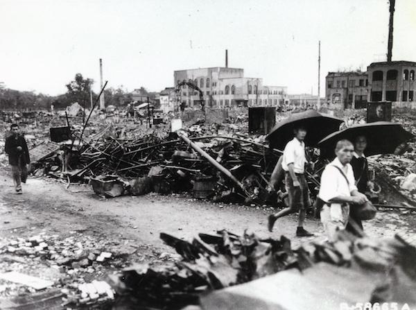 東京大空襲後の銀座の様子。大規模な疎開によって、都市から地方への人口大移動が起きた(写真:近現代PL/アフロ)