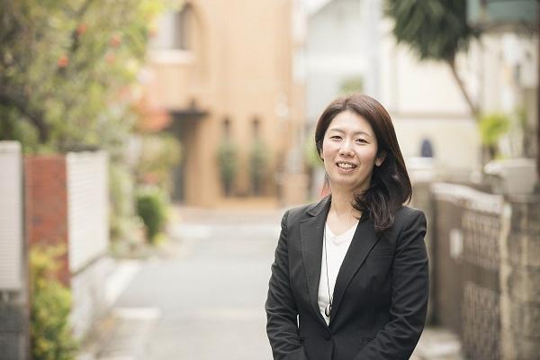 西浦明子 1991年上智大学外国語学部卒業後、ソニー(株)入社。海外営業部に所属。94年ソニーチリに駐在、オーディオ製品などのマーケティングを担当。2000年、同社を退社後帰国。創業時のAll About Japanで広告営業を経たのち、01年(株)ソニー・コンピュータエンタテインメント入社。商品企画部にてプレイステーション2やPSPのローカライズ、商品開発などを担当。06年同社を退社後、(財)日本国際協力システムで政府開発援助(ODA)関連の仕事に携わる。07年、出産を機に同財団を退団。約半年の構想準備期間を経て、08年4月に軒先.comを立ち上げる。
