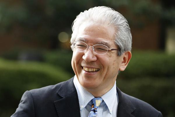 横山匡(よこやま・ただし) 1958年、東京都生まれ。オートバイデザイナーだった父の仕事の関係で、中学2年時にイタリアへ。16歳のときにアメリカ・ロサンゼルスへ移り、現地の高校を経てUCLAに進学することになる。大学1年時のバスケットボールブームに魅了され、2年時にバスケット部のマネージャーに合格。卒業後は日本に帰国して留学指導・語学教育に携わり、のちにアゴス・ジャパンを設立。世界の名門大学、大学院を始め海外への留学指導とサポートを通じ世界を舞台に活躍したい人材の応援を行う。NewsPicksの佐々木紀彦編集長も、スタンフォード大学大学院への留学前にアゴス・ジャパンで学んだ