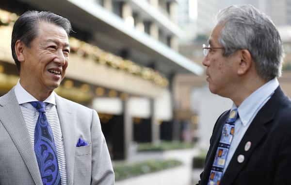 竹内弘高(たけうち・ひろたか、写真左) 1946年東京都出身。横浜のインターナショナルスクールから国際基督教大学に入学。マッキャン・エリクソン博報堂で1年半働いたあとに渡米し、1971年に米カリフォルニア大学バークレー校で経営学修士、1977年に博士号を取得。ハーバード・ビジネススクールで7年間勤め、娘の教育のために帰国して一橋大学へ。一橋大学を定年退職後、再びハーバード・ビジネススクールから声がかかって2010年に同校の教授に就任。ファーストリテイリングを経営する柳井正氏のパーソナルアドバイザーも務めている