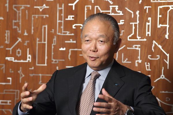吉田忠裕(よしだ・ただひろ) YKK・YKK AP会長CEO 1947年、富山県生まれ。69年、慶應義塾大学法学部を卒業、72年にノースウエスタン大学経営学修士課程修了、MBA取得。同年、吉田工業(現YKK)に入社。90年にYKKアーキテクチュラルプラダクツ(現YKK AP)社長、93年にYKK社長に就任。2011年より現職