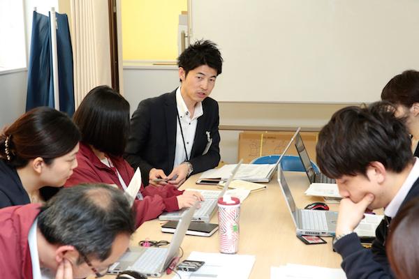 動員企画ミーティングを仕切る松本有マネージャー(中央)。観客動員数を増やすために必要なアイデアをこの場で吸収する