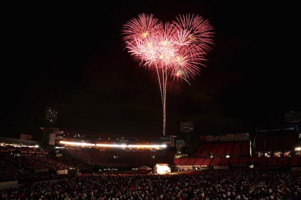 昨年7月に開催した大花火大会。試合が終わって約2時間半後にスターしたにもかかわらず、多くの観客が残り3000発の花火を楽しんだという