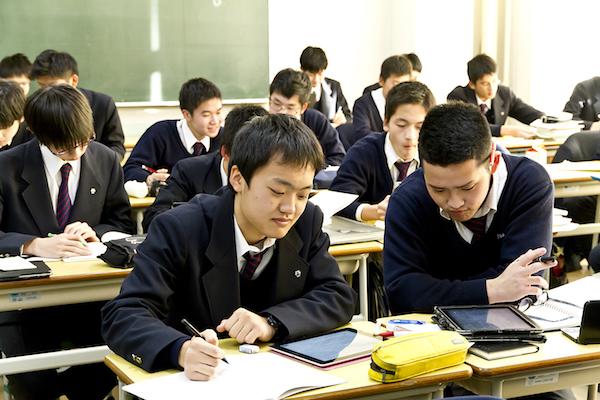 西大和学園の生徒たちは、放課後も予習・復習を自主的に行う。校内のWiFi環境を生かして「スタディサプリ」が活用されている。