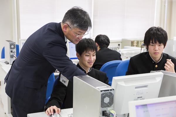 PCルームで行われる補習では、それぞれの生徒が「サプリ」の異なる単元の授業を受ける。わからないポイントを金岡先生がサポートする。