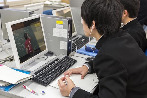 自分のペースにあわせて動画を倍速で見ることもできる。より効率的な復習につながる。