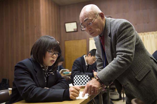 高知工科大学名誉教授の岡田守先生も生徒の質問に対応する。 指導にあたって「サプリ」の授業をあらかじめ視聴し、生徒と情報を共有している。