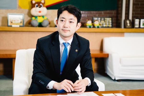熊谷俊人(くまがい・としひと) 千葉市長。現在2期目。早稲田大学政治経済学部卒業後、NTTコミュニケーションズに入社。大前研一氏が主催する一新塾を経て、07年に千葉市議選に出馬しトップ当選。09年に千葉市長選挙に出馬し、史上最年少の31歳で市長に当選する。インターネットやスマホを駆使した新しい政治のスタイルを推進し、全国的に注目を集める。