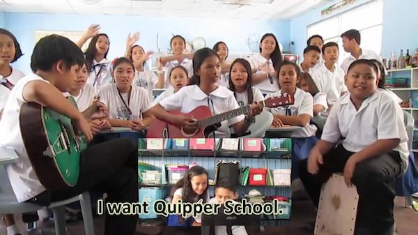 フィリピン・ミンダナオ島在住のアンバサダーが、生徒たちと共に自主制作した「Quipper School Jingle」のビデオからは、現地での求められ方が伝わってくる。「このビデオを見たとき、これだけQuipper愛がある先生・生徒が存在するのだ、と勇気づけられたし、サービスが広まっていくことを確信しました」(本間氏)※写真をタップするとビデオを再生できます(1分57秒)