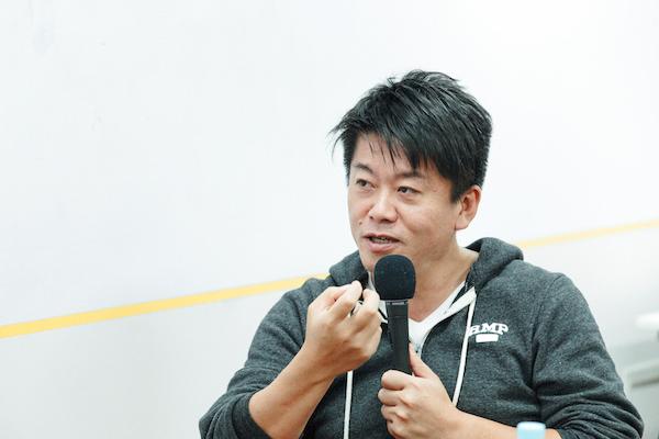 堀江貴文(ほりえ・たかふみ)  1972年福岡県八女市生まれ。血液型A型。実業家。元・ライブドアCEO。民間でのロケット開発を行うSNSのファウンダー。東京大学在学中の1996年、23歳のときにオン・ザ・エッヂ(後のライブドア)を起業。2000年、東証マザーズ上場。2004年から2005年にかけて、近鉄バファローズやニッポン放送の買収、衆議院総選挙への立候補など世間をにぎわせ時代の寵児(ちょうじ)となるが、2006年1月、証券取引法違反で逮捕され懲役2年6カ月の実刑判決を下される。2013年11月に刑期を終了し、再び多方面で活躍する