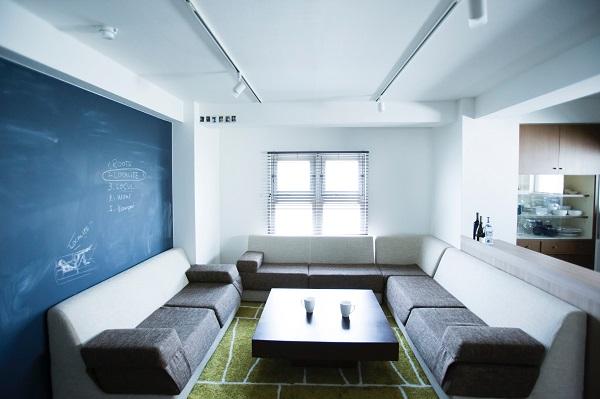 リビングは、住民たちが長居しても心地いいように、ソファの配置などにも配慮されている(写真提供:コリッシュ)