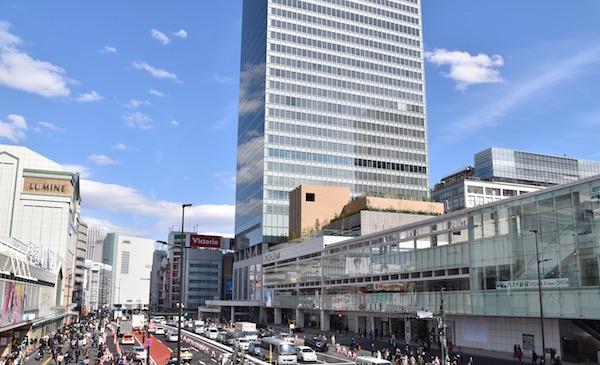 JR新宿ミライナタワーはオフィス、商業施設、多目的ホール、保育施設などを含む複合施設で、総工費580億円、延床面積11.1万㎡、32階の大規模施設