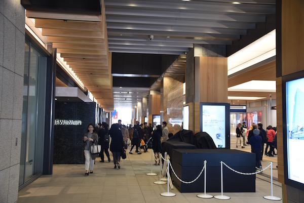 商業施設「NEWoMan」(ニュウマン)は駅ソトであるミライナタワーの6フロアと、駅ナカの双方にかかる横断的な施設となっている